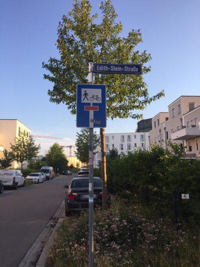 Straßenname Edith von Stein vor Baum in einer Neubausiedlung