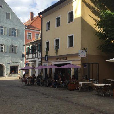 Drei-Mohren-Straße in Regensburg, Gäste sitzen vor dem Café
